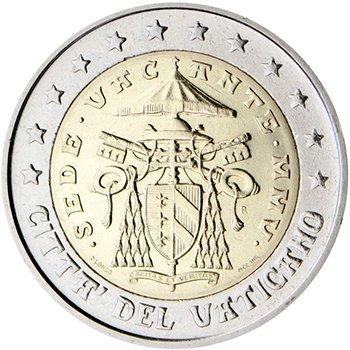 """2 евро. Вторая серия «Вакантный престол» (2005). Герб кардинала-камерленго, который исполняет обязанности главы государства. Он расположен на эмблеме Апостольской палаты в центре монеты. Вверху надпись «SEDE VACANTE» («при вакантном троне»). Год выпуска римскими цифрами «MMV». В нижнем левом краю имя дизайнера """"D. LONGO"""". 12 звезд"""
