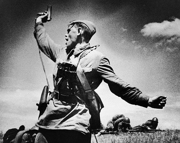 Политрук Еременко с пистолетом ТТ в руке поднимает солдат в атаку. Фото сделано за несколько мгновений до смерти Героя. 1942 год