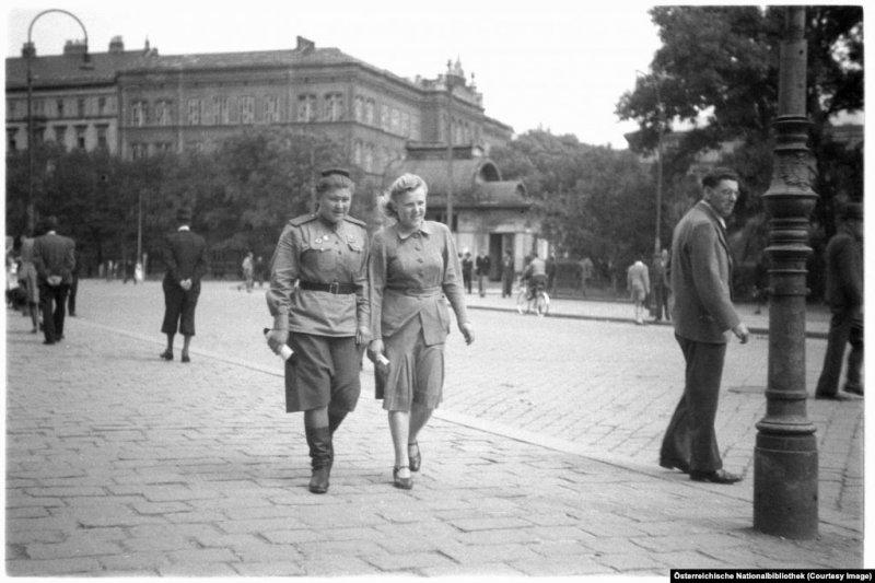 Советская военнослужащая прогуливается по Вене с подругой в 1946 году. Западная часть Вены и пригород были поделены на британский, американский и французский секторы. Советскому Союзу досталась восточная часть города