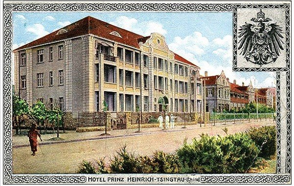 Улица в Циндао. На первом плане отель «Принц Генрих». Открытка. 1912 год