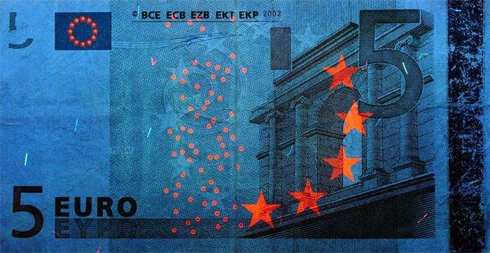 Банкнота 5 евро в ультрафиолете