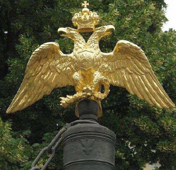 Орел с распростертыми крыльями на ограде Спасо-Преображенского собора в Санкт-Петербурге