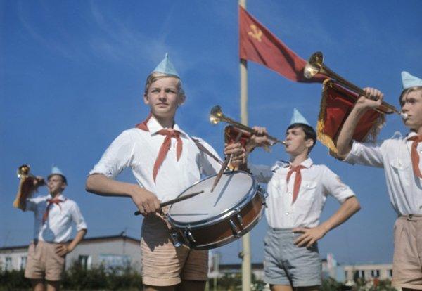Сбор на утреннюю линейку в пионерском лагере, 1972 год