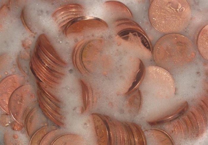 Монеты в мыльном растворе