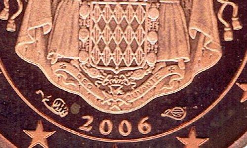Логотипы Парижского монетного двора (рог изобилия) и его директора (валторна) на монете княжества Монако