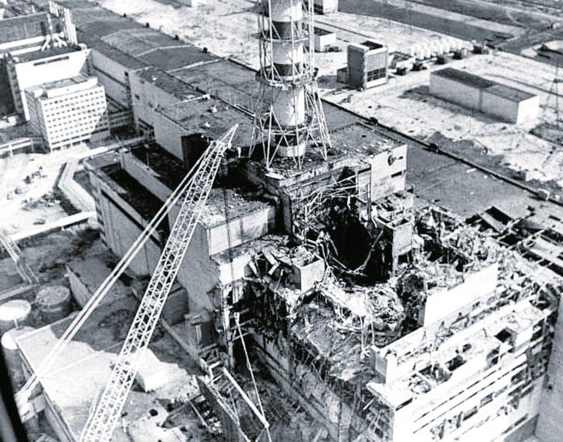 Взорвавшийся 4-ый энергоблок Чернобыльской АЭС, апрель 1986 года