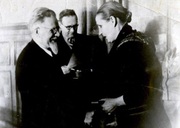 Председатель Президиума Верховного Совета СССР М.И. Калинин вручает государственную награду многодетной матери Анне Алексахиной