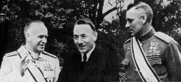 Слева направо: Маршал Г.К. Жуков, руководитель ПНР Болеслав Берут и министр обороны ПНР К.К. Рокоссовский