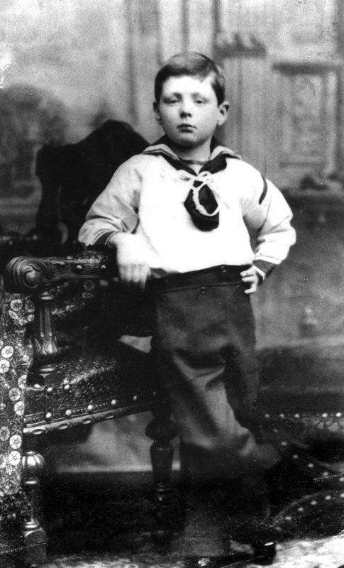 Такой маленький, а уже Черчилль...)))