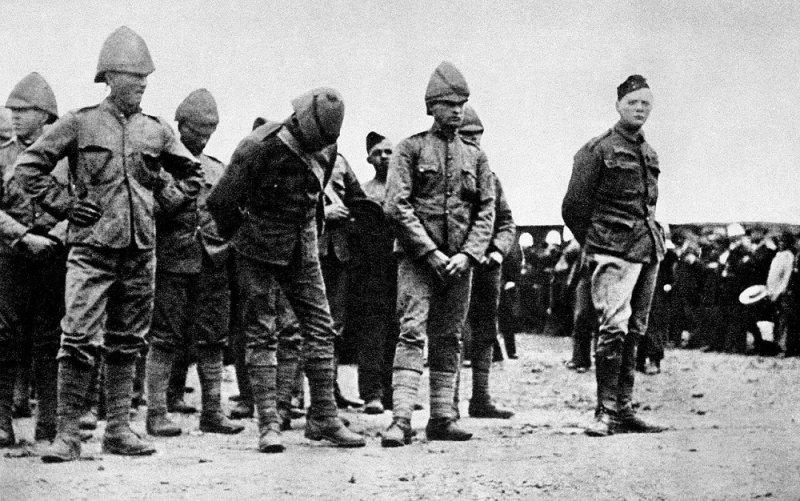 Уинстон Черчилль (крайний справа) в плену у буров