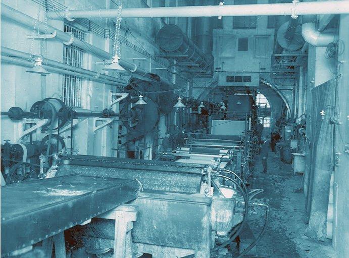 Фото бумагоделательной машины в производственном цехе
