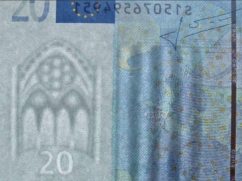 Фрагмент банкноты 20 евро, демонстрирующий защитные признаки бумаги