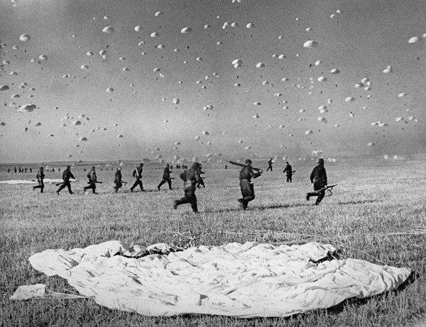 Сбор десантников после приземления. Маневры Киевского военного округа в 1935 году