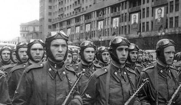 Десантники на параде. Москва 1951 год. Нарукавные знаки у идущих в первой шеренге