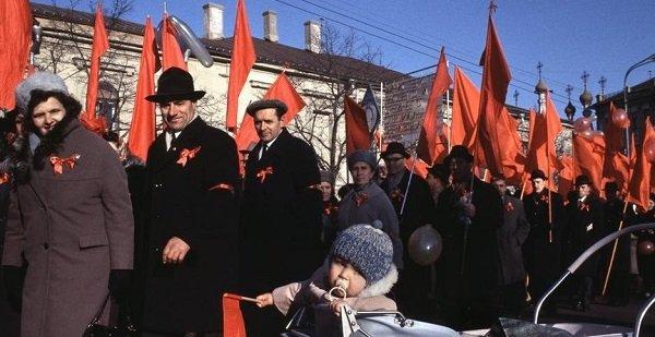 Граждане СССР на праздничной демонстрации. 1980-е гг.