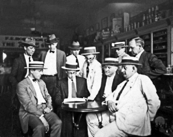 Дейтонцы в аптеке обсуждают план «Обезьяньего процесса». В центре сидит перед книгой учитель Джон Скоупс. 1925 год