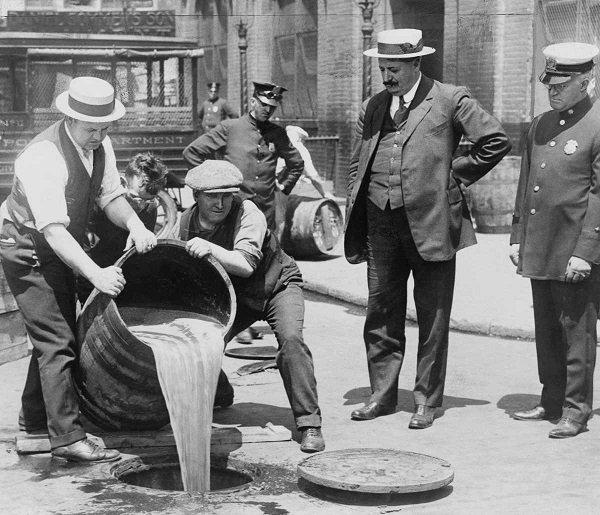 Уничтожение подпольного алкоголя под контролем полиции