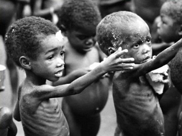 По данным ООН – половина голодающих на планете – дети. На фото – дети Сомали