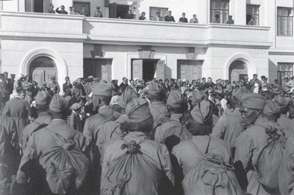 Отправка на фронт тувинских кавалеристов. 1943 год Кызыл