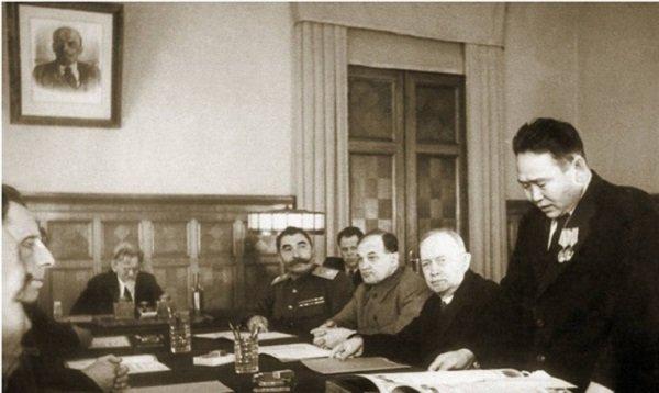 Заседание Президиума Верховного Совета Советского Союза по вопросу вхождения ТНР в состав РСФСР. Председательствует М.И. Калинин. 1944 год