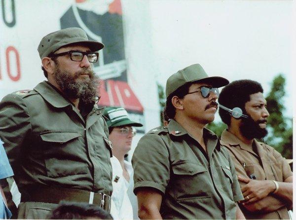 Президент Кубы Фидель Кастро, лидер Сандинистской революции Даниэль Ортега и президент Гренады Морис Бишоп в день празднования годовщины революции в Никарагуа. 19 июля 1980 года