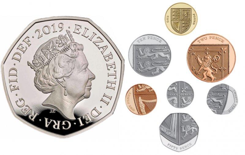 Портрет Елизаветы II на аверсе монеты в 50 пенсов и реверсы монет в 1 фунт и 1-50 пенсов. Дизайн 2008 года «Щит королевского герба». Щит взят с Королевского герба Соединённого Королевства, являющегося официальным гербом монарха Великобритании. Он разделён на четыре части. В первой и четвертой четвертях изображён герб Англии. Во второй – герб Шотландии, а в третьей – Ирландии.