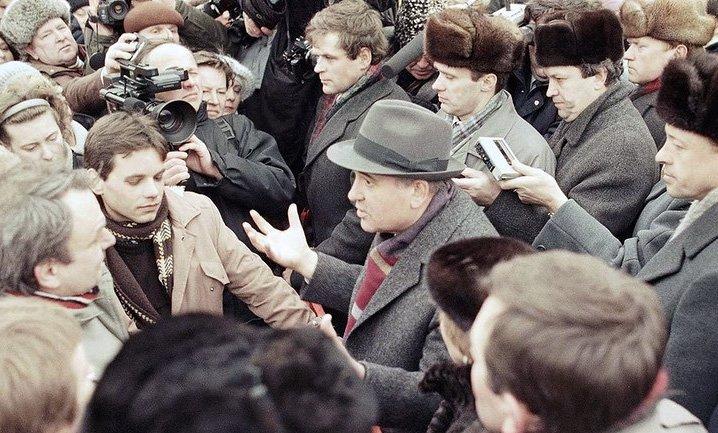 М.С. Горбачёв беседует с жителями Вильнюса
