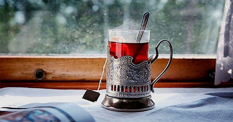 Стакан чая в подстаканнике (поезд дальнего следования)