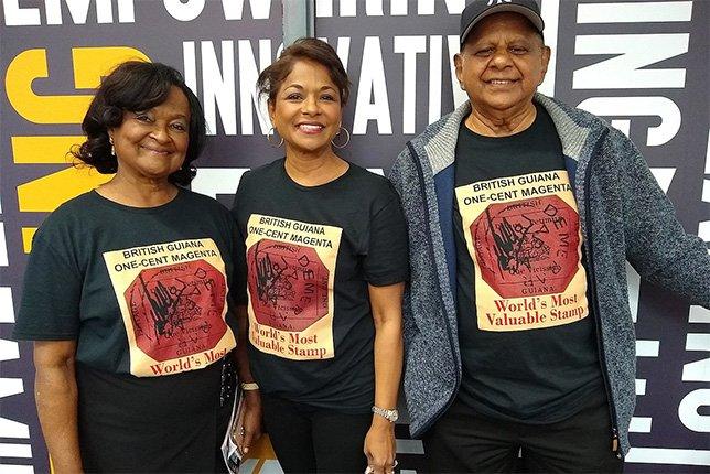 Филателисты в футболках с изображением «Розовой Гвианы»
