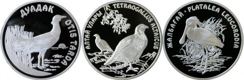 Памятные монеты 500 тенге. Дрофа (слева), Алтайский улар (в центре), Обыкновенная колпица (справа)