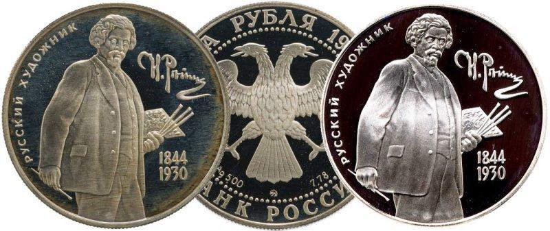 Патина, изменившая цвет серебра (экземпляр слева)