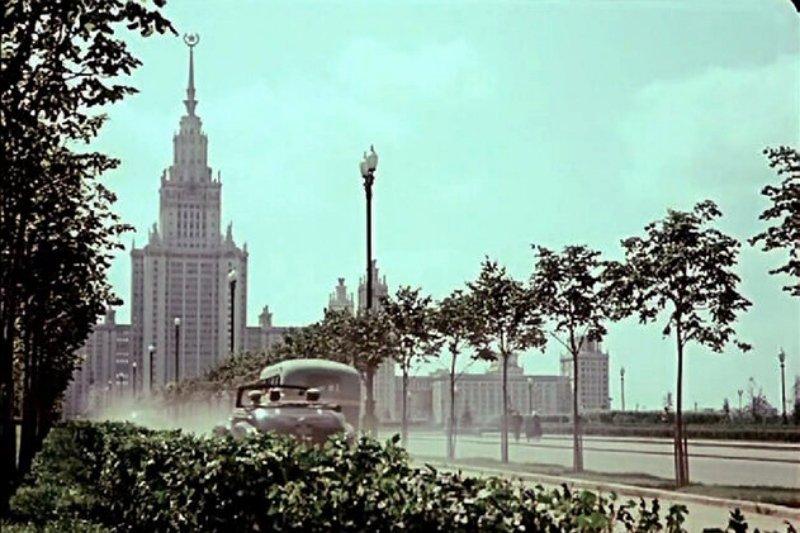Кадр из фильма «Верные друзья», вид на Московский государственный университет, 1953 год