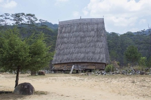 Дом с высокой крышей. Традиционное жилище ряда народностей, населяющих Вьетнам