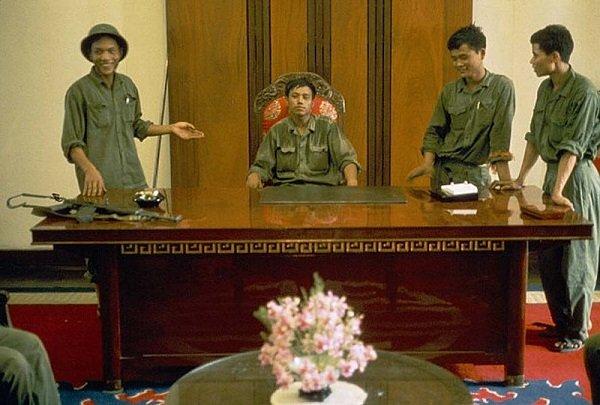 Бойцы Вьетконга в кабинете сбежавшего президента Южного Вьетнама. 30 апреля 1975 года