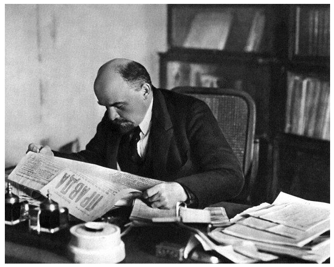 Фото П. А. Оцупа. Ленин за чтением газеты