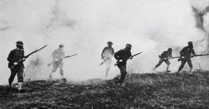 Пехота, идущая в атаку в противогазах