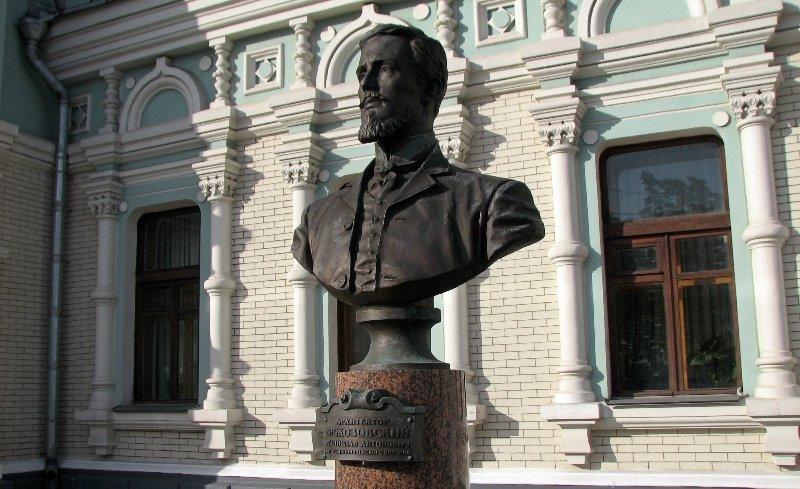 Бюст архитектору Бржозовскому на Рижском вокзале в Москве