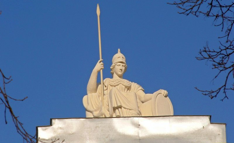 Миниатюрный сфинкс на голове Богини Минервы, украшающей здание РНБ
