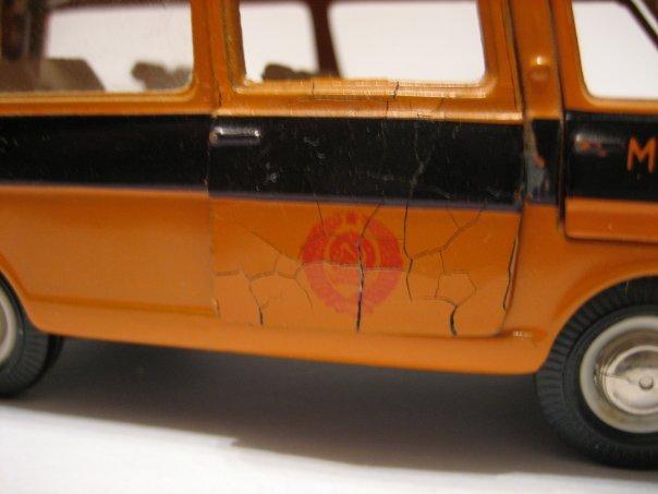 Поражение «цинковой чумой» модели автомобиля РАФ в масштабе 1/43