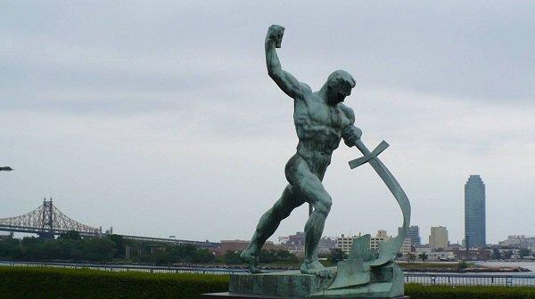 Е. Вучетич. Перекуем мечи на орала. 1957 год