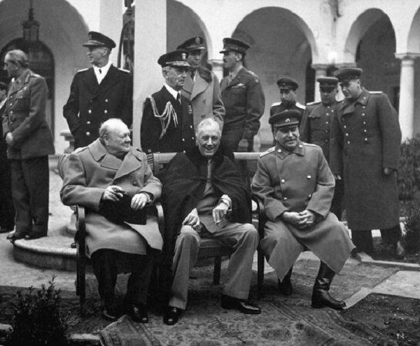 Премьер-министр Великобритании У. Черчилль, президент США Ф. Рузвельт и Председатель Совета Народных Комиссаров СССР И.В. Сталин на конференции в Ялте (4-11 февраля 1944 года)