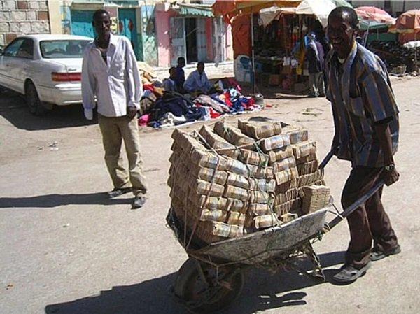 Зимбабвийский квадриллионер идет за хлебом