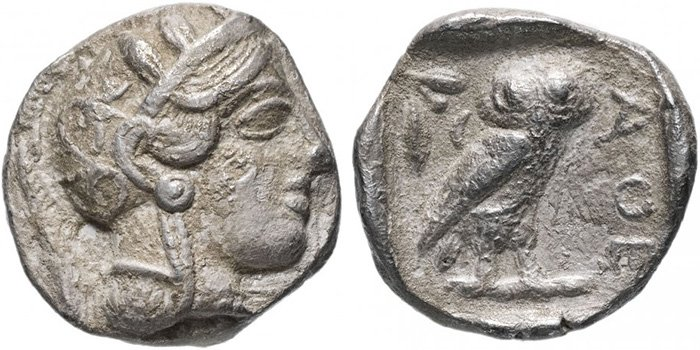 Афинская тетрадрахма около 490 года до н. э. Сторона с головой Афины считается лицевой стороной из-за ее большего масштаба; сова изображена в меньшем масштабе на реверсе