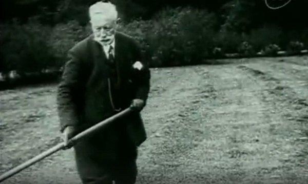 Экс-император Вильгельм Гогенцоллерн в своем датском поместье убирает компост. Конец 1930-х гг.