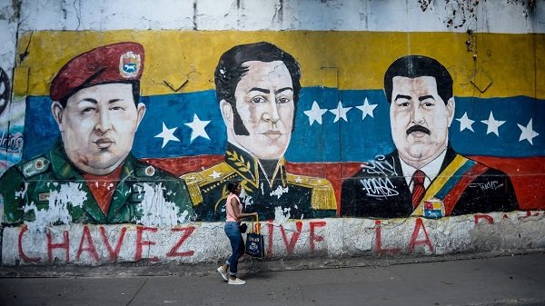 Стены сотен зданий в Каракасе украшены граффити с портретами Чавеса, Мадуро и Боливара