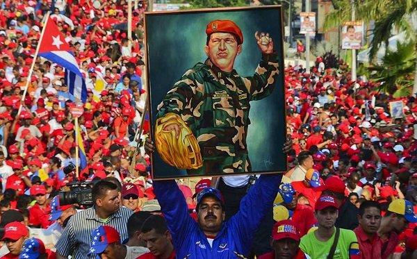Президент Николас Мадуро с портретом Уго Чавеса на митинге в Каракасе