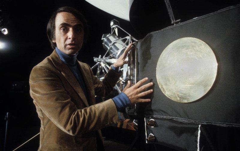 Карл Саган и копия пластины «Вояджеров», 1979 г.