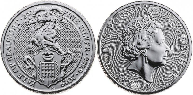 Серебряная монета 5 фунтов. Йейл держит щит, на котором изображена решетка ворот – один из геральдических знаков дома Бофор, увенчанная королевской короной