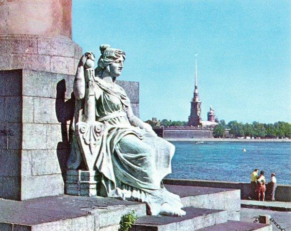Вид на Петропавловскую крепость и Петропавловский собор от подножия Ростральной колонны