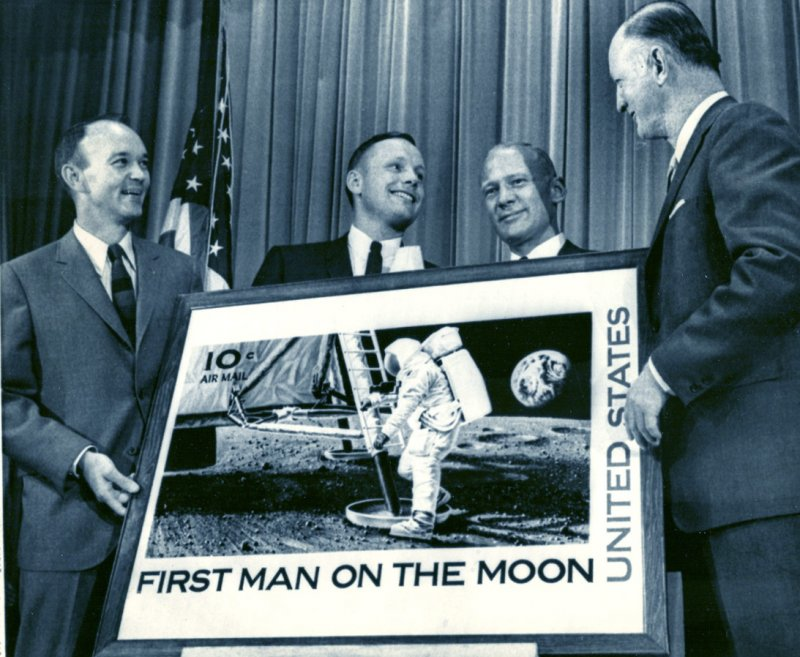 Презентация почтовой марки «First man on the Moon»